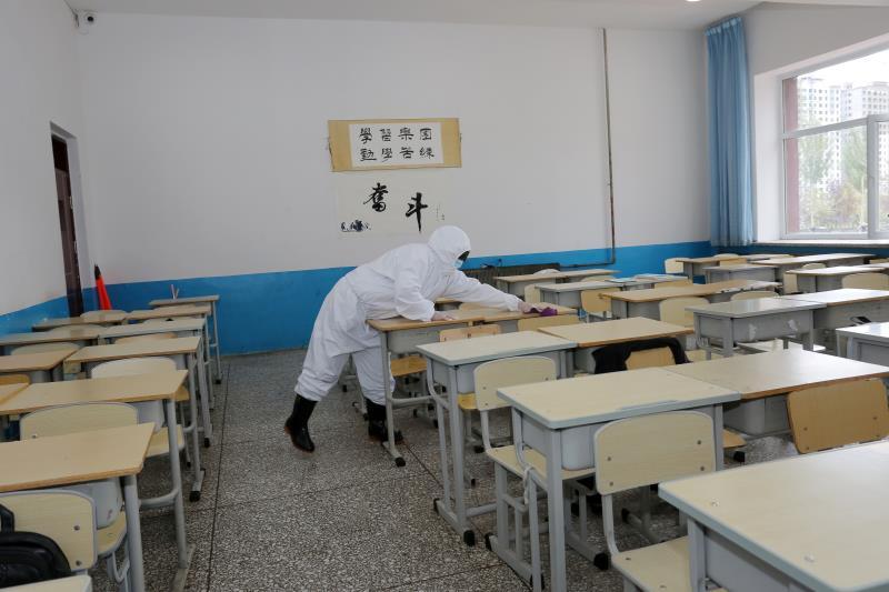 dui教室zhuo椅进行消毒剂ca拭.jpg